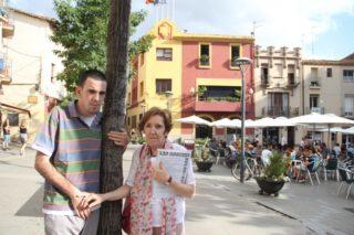 El Pol amb la seva mare, Carme Garcia, davant de l'Ajuntament de Molins de Rei // Jordi Julià