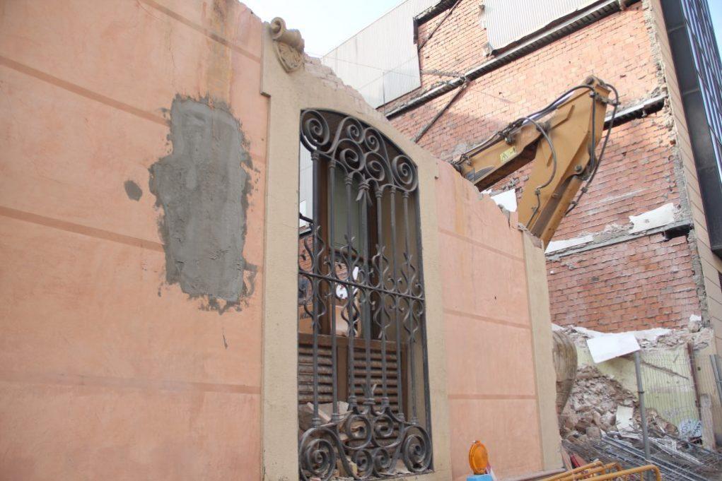 L'últim que va quedar va ser una de les finestres, amb reixes de ferro forjat // Jose Polo