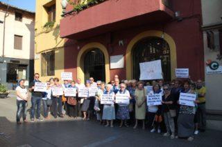 Una quarantena de membres de la PARM i les associacions de veïns es van concentrar davant l'ajuntament // Jordi Julià