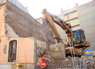 L'excavadora ha fet la seva feina al llarg de l'última setmana. Ara hi ha un solar buit // Jordi Julià