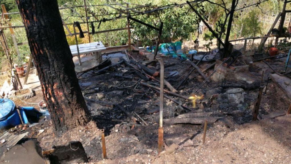 La barraca ha contingut el foc i no s'ha estès per la zona forestal // ADF