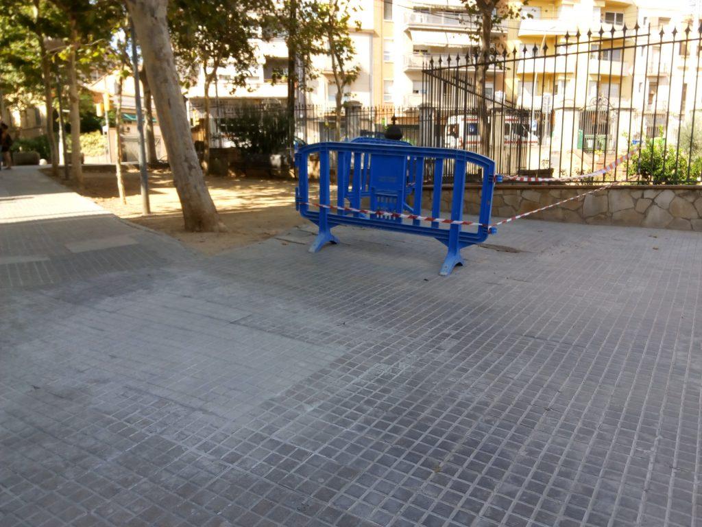 S'ha reparat el paviment de la zona de pas i s'ha posat una tanca a la resta de l'espai malmès // Jordi Julià