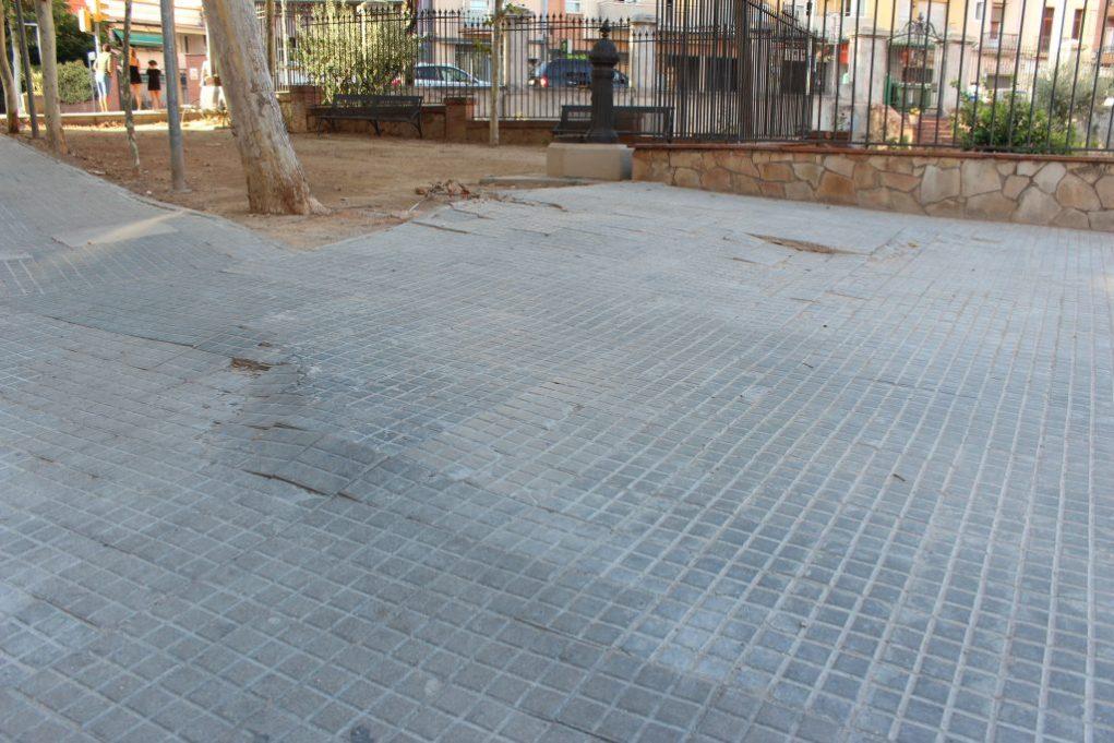 Els treballs s'han limitat al perímetre de l'antic edifici, tot i que moltes rajoles del voltant estan aixecades // Jordi Julià