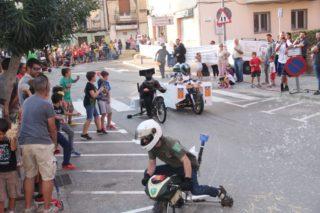 En la baixada conjunta on es podien llençar globus va coincidir la urna-mòbil amb els guàrdies civils // Jordi Julià