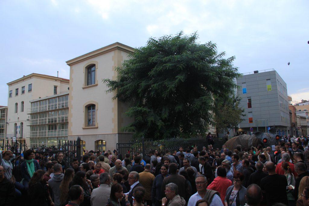La gent es concentrava a la porta per si venia la policia. El Camell ha donat suport // Jordi Julià