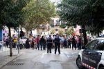 Els Mossos d'Esquadra que van passar l'1-O a la porta del col·legi El Palau, observant la trobada de gegants // Jordi Julià