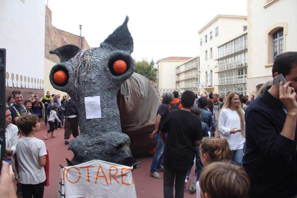 EL Camell es va plantar a la porta del col·legi El Palau a la tarda de l'1-O // Jordi Julià