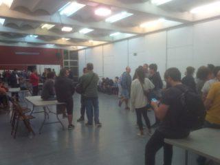 Taules preparades a l'espera de les urnes a l'escola Alzina // Santi Garcia