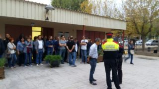 L'alcalde, Joan Ramon Casals, rep als Mossos al Pont de la Cadena // Jordi Julià