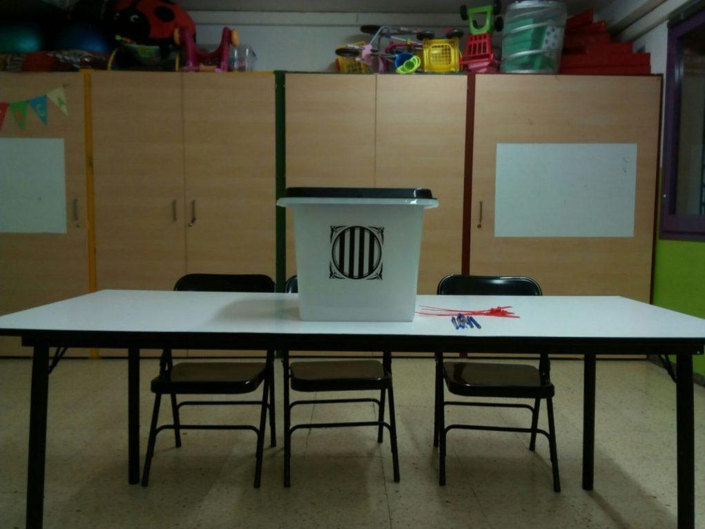 Mesa electoral preparada per votar al Pont de la Cadena // Jordi Julià