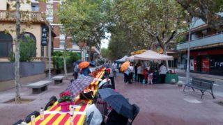 Les puntaires al passeig del Terraplè aguanten sota la pluja // Jordi Julià