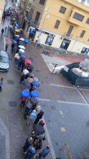 La cua per votar a l'escola El Palau arriba fins al passatge de la Sardana // Jordi Julià