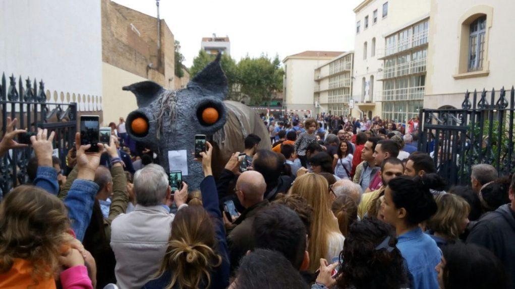 El Camell, instal·lat a la porta de l'escola El Palau la tarda de l'1-0 // Jordi Julià