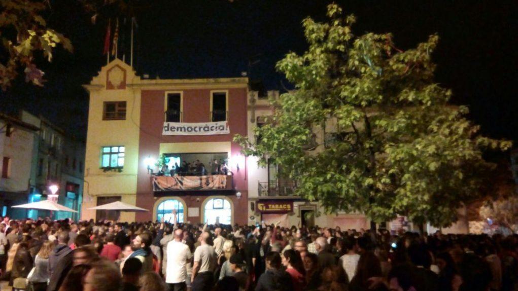 Plaça de l'Ajuntament poc després de tancar les votacions de l'1-O // Jordi Julià