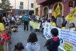 Pares, alumnes, professors i altres ciutadans molinencs han defensat l'escola catalana // Jordi Julià