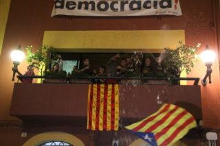 Membres del CDR van llençar cava des del balcó de l'ajuntament // Jordi Julià
