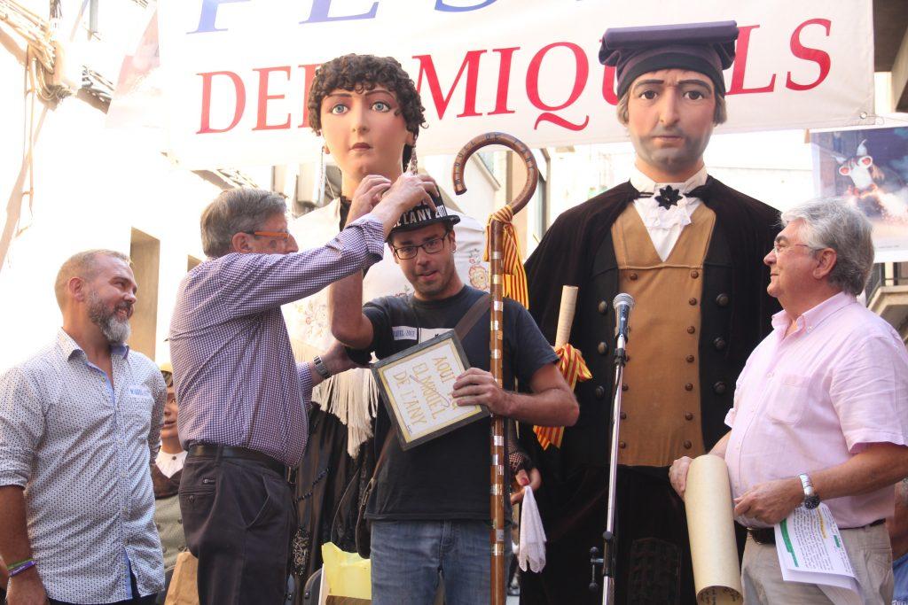 Miquel Monfort (al centre) rebent els elements que distingeixen el Miquel de l'Any // Jordi Julià