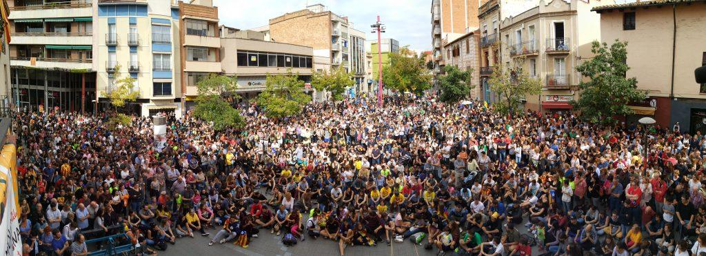 Centenars de persones van concentrar-se davant l'ajuntament al migdia del 3-O // Carles Ros