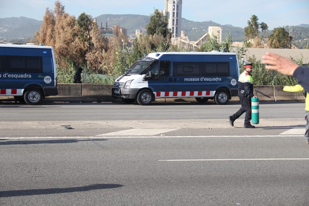Els agents han habilitat el carril lateral perquè els cotxes poguessin circular // Jordi Julià