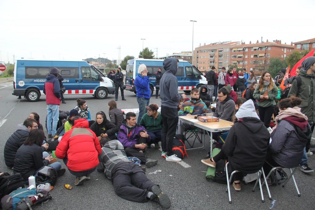 Més endavant l'ambient s'ha relaxat i els manifestants han tret cadires i jocs de taula // Jordi Julià