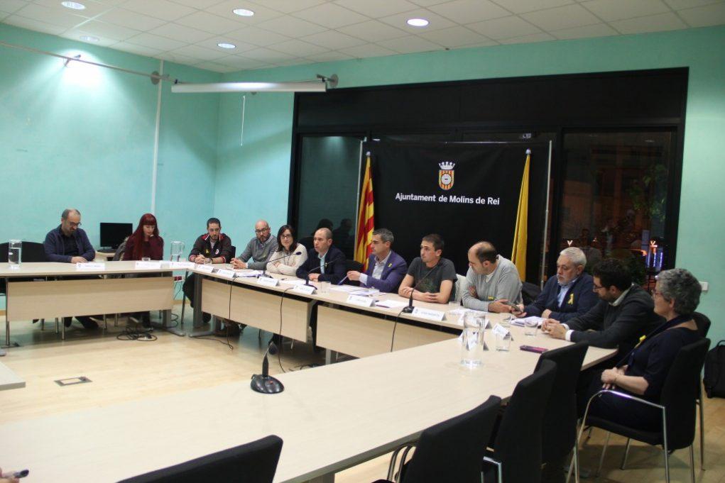 Tots els regidors del govern, tret de Carme Madorell, han assistit a la firma del pacte // Jordi Julià