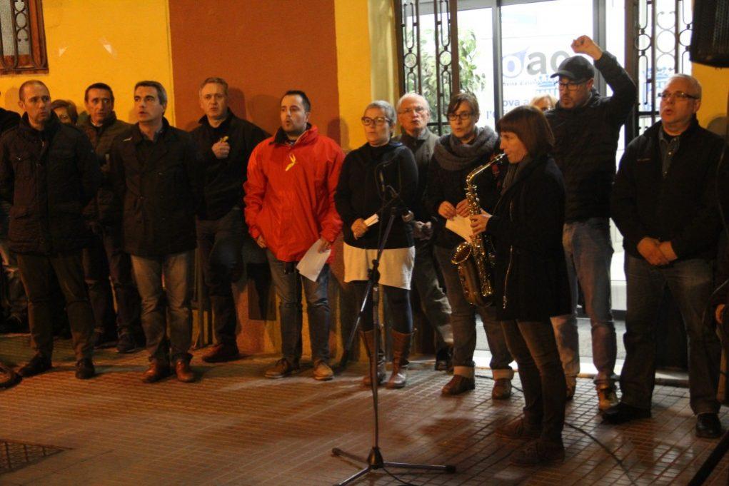 Els regidors de CDC, CUP i ERC contemplen la interpretació d'Els Segadors amb saxo // Jordi Julià