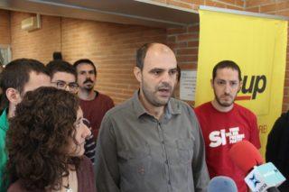 El regidor Josep Raventós ha explicat la decisió acompanyat de membres de l'assemblea // Jordi Julià