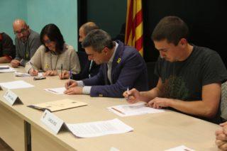 Sílvia Guillén (ERC), Joan Ramon Casals (CDC) i Carles Ros (CUP) han firmat el pacte // Jordi Julià