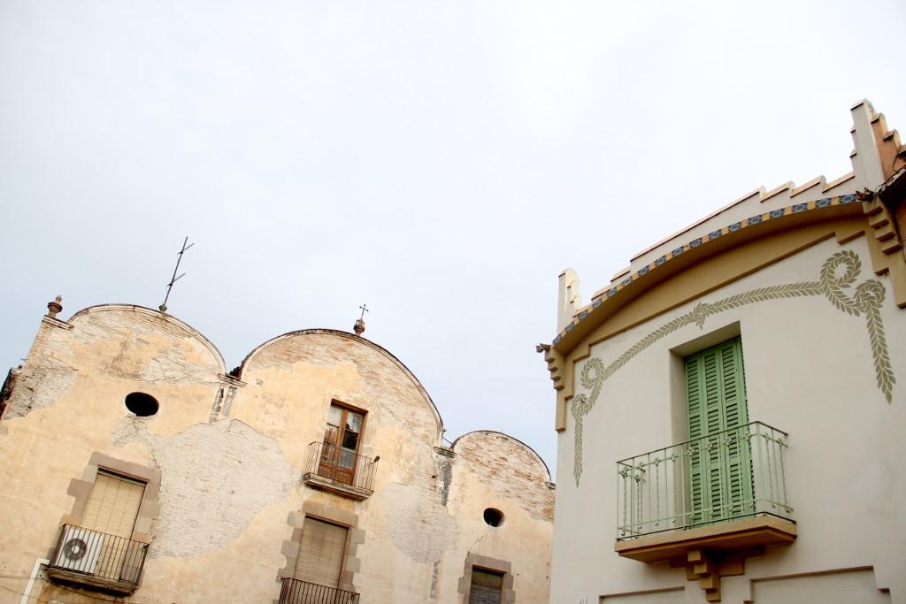 Can Roca (1762) té protecció de nivell 1 (integral) però està molt deteriorat. Les cases modernistes del costat (1918) tenen protecció de nivell 2 estan més ben conservades. Els dos són Bé Cultural d'Interès Local (BCIL) // Jordi Julià