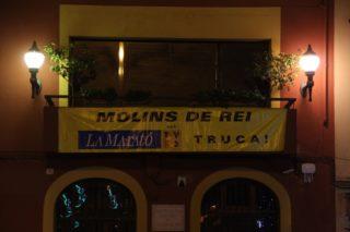 En lloc del llaç groc, s'ha col·locat una pancarta de La Marató, també de color groc // Jordi Julià