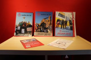 Les tres edicions de l'Anuari estan exposades a la redacció de Viu Molins de Rei // Jordi Julià