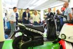 Elsa Artadi visita amb la comitiva municipal la fàbrica Scutum // @Govern