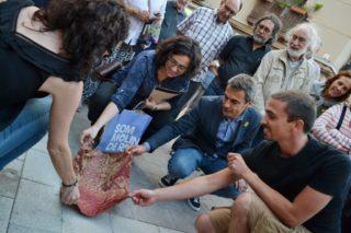 L'equip de la biblioteca i les autoritats descobreixen la placa a la plaça de la Creu // DGM