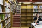 Alguns dels prestatges de la biblioteca ja s'han començat a buidar // Dan Costa -- Ajuntament de Molins de Rei