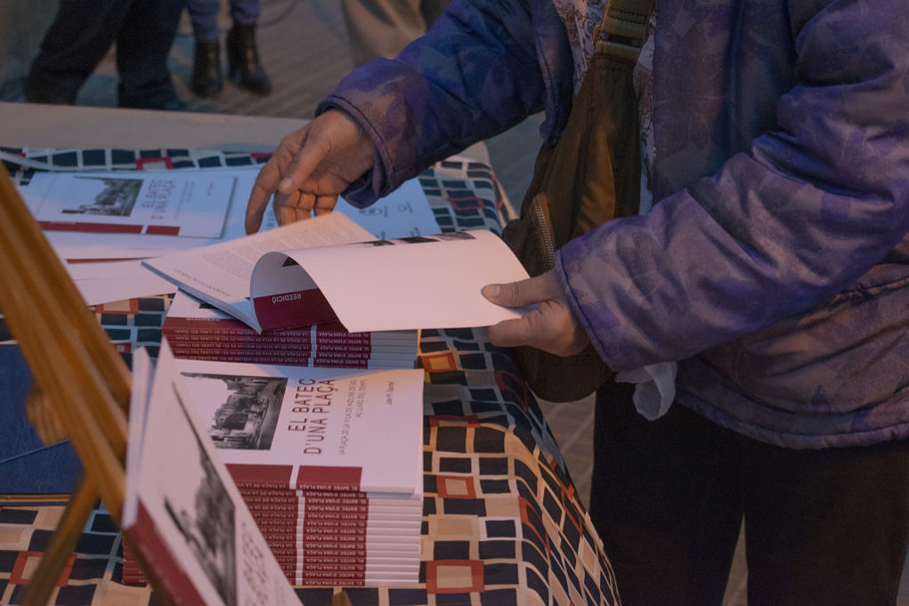 Els assistents a l'acte van poder adquirir el llibre a la mateixa plaça de la Vila // Clàudia Ferràndiz