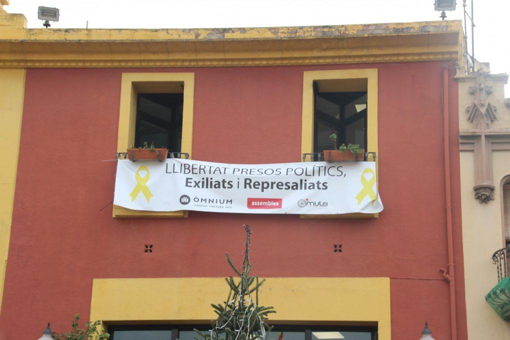 Pancarta de Llibertat presos polítics a la façana municipal de Molins de Rei