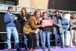 La regidora Jéssica Revestido lliurant un premi del concurs de dibuix infantil Josep Maria Madorell