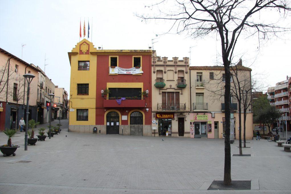 La plaça de l'Ajuntament sense gent en una jornada de confinament pel coronavirus // Jose Polo