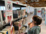 Una senyora mirant els llibres de la biblioteca, que no es poden tocar // Roger Cuartielles