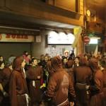 Un grup de joves monjos