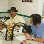Carles Vives durant un programa de ràdio als vells estudis de l'emissora local de la vila // Josep Miquel Moneny