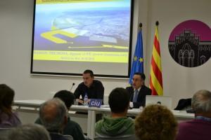 De dreta a esquerra. L'eurodiputat Ramón Tremosa, juntament amb X, president del Convergència i Unió a Molins de rei. La sala era plena i molts van haver de quedar-se drets.// Elisenda Colell